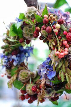 Love this natural looking summer wreath Wreath Crafts, Diy Wreath, Wreaths For Front Door, Door Wreaths, Corona Floral, Wreaths And Garlands, Floral Wreaths, Deco Floral, Summer Wreath