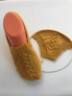 Although of female - knitting Knitted Booties, Baby Booties, Diy Crochet Slippers, Crochet Doilies, Knit Crochet, Baby Knitting Patterns, Crochet Patterns, How To Make Shoes, Mitten Gloves