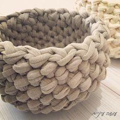 Трикотажная корзинка Crochet T Shirts, T Shirt Yarn, Yarn Projects, Merino Wool Blanket, Crochet Stitches, Knitwear, Throw Pillows, Knitting, Crochet Baskets