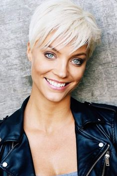 Blonde Pixie Cut Hair For the trendiest pixie cut styles of 2019 check out our gallery. We selected the most feminine and stylish options for any preferences from a short undercut curly pixie for a round face to a longer shaggy cut for an oblong one. Pixie Cut Blond, Pixie Cut With Bangs, Short Hair Cuts, Short Hair Styles, Curly Pixie, Best Pixie Cuts, Long Pixie, Tomboy Hairstyles, Pixie Hairstyles