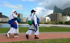 27/7 - Freiras caminham próximo à praia no Rio