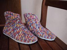 Sapatilha de croche com sola, feito com lã macia e bem quentinha....