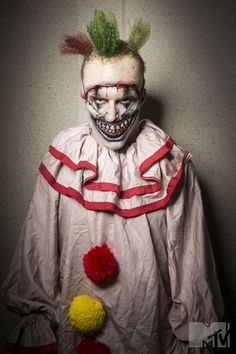 Mtv/Colin Douglas Grey Chris Dozbaba as Twisty the Clown from American Horror Story: Freak Show Halloween 2018, Halloween Circus, Spooky Halloween, Scary Clown Costume, Creepy Clown, Scary Clown Makeup, Creepy Circus, Horror Costume, Clown Mask