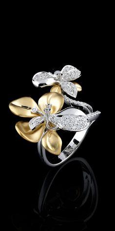 Prsten * bílé a žluté zlato ve tvaru květu s diamanty.