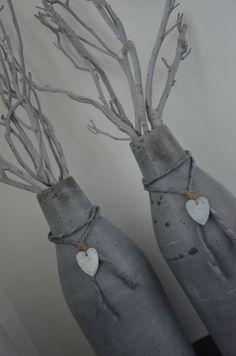 Sfeervolle decoratie, simpele stenen flessen versierd met mooi touw, hartjes en mooie takken
