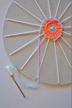 Circular Cardboard Weaving, one of my favorite weaving projects for kids id. - decor - Circular Cardboard Weaving, one of my favorite weaving projects for kids ideas - Kids Crafts, Summer Crafts, Diy And Crafts, Creative Crafts, Decor Crafts, Plate Crafts, Kids Craft Projects, Project Ideas, Quick Crafts