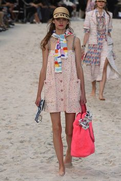 Trendy Beachwear for the Summer Chanel Spring 2019 Ready-to-Wear Fashion Show Collection: See the complete Chanel Spring 2019 Ready-to-Wear collection. Look 25 Discovred by : Azza Shesheny Primavera Chanel, Fashion Week, Spring Fashion, Fashion Outfits, Womens Fashion, Haute Couture Trends, Moda Chanel, Formal Dresses With Sleeves, Iranian Women Fashion