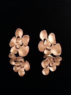 nu: Sterling silver flowers with gold finish earrings // Pendientes de plata de ley con baño de oro.
