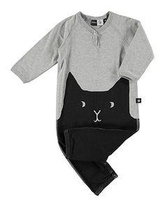 molo Girls Strampler Flossie  Dieser Mädchen-Strampler überzeugt durch das originelle und besonders niedliche Design. Der Knopf am Ausschnitt ist raffiniert arrangiert und trägt wie die Druckknöpfe im Schritt dazu bei, dass der Anzug kinderleicht an- und ausgezogen werden kann.