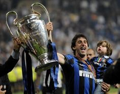 Diego #Milito and son with the Champions League / Diego Milito col figlio e la Champions League