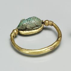 Gold ring with a swivel bezel set with a mouse made of faience. This ring is an amulet. Ancient Egypt, New Kingdom period, Dynasty reign of Thutmose III. Egypt Jewelry, Old Jewelry, Jewelry Findings, Antique Jewelry, High Jewelry, Ancient Egyptian Jewelry, Egypt Art, South Indian Jewellery, Delphine