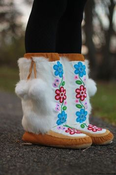 Manitobah Mukluks - The Storyboot Project at Victoire Boutique Ottawa Native Wears, Beading Patterns, Beading Ideas, Beading Projects, Diy Projects, Beaded Moccasins, Cat Hacks, Fall Hats, Native Design