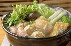 スープが決め手の水炊きは焼き鳥屋の名作。 焼き鳥通にはつとに知られた名店「鳥よし」。その銀座店の2階で3年前から始めた水炊きの店がここ「宮新」だ。パリの焼き鳥店で腕をふるい、フランスの鶏肉を食べ込んだご主人が、日本人の口に合う鶏として選んだ伊達鶏の持ち味を存分に楽しめる。 Japanese Dishes, Japanese Food, Tokyo Restaurant, Home Meals, Hot Pot, Japanese House, Great Restaurants, Stew, Snacks