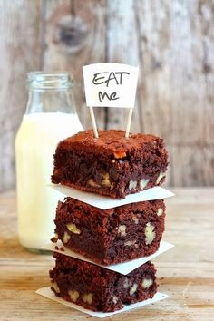 Sembra che il brownie, il dolce di cioccolata e noci, di origine americana, sia stata inventato per caso da una governante che dimenticò... Cupcakes, Cupcake Cakes, Just Desserts, Dessert Recipes, Yummy Treats, Sweet Treats, Sweet Cakes, Let Them Eat Cake, Yummy Cakes