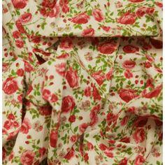 Tissu 100% coton motif pivoines roses et vertes sur fond blanc vendu en coupon de 3 mètres