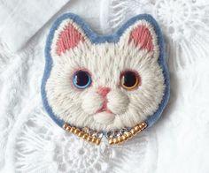 白猫の毛糸刺繍のブローチ2匹目