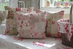 Bom dia!   Começando a semana com muito romantismo, com toques shabby chic.   Delicadas, as flores estão presentes em estampas que pontuam ...