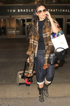 Demi Moore fliegt in kariertem Lieblingsmantel und Stiefeln zurück nach Los Angeles, . Celebrity Style Dresses, Celebrity Style Casual, Celebrity Outfits, Demi Moore, Plaid Coat, Fashion Over 40, Everyday Fashion, Mantel, Winter Fashion