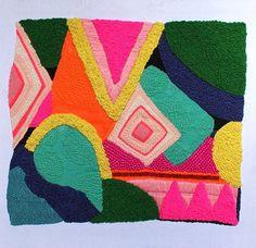 Broderie Pop: Mélangeant application directe, sérigraphie et broderie, l'artiste australienne Liz Payne crée de magnifiques pièces textiles abstraites aux couleurs vibrantes. Rehaussant ses aplats de couleurs saturées avec des points de broderies et des perles, elle apporte une texture supplémentaire et un motif dans la couleur.
