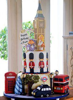 Bolo Londres london Cake Britsh cake de Simone Amaral - Para aniversário de luxo. Esta em nosso novo site www.simoneamaral.com.br. Aproveite para entrar também no site antigo www.simoneamaral.com - www.instagram.com/simoneamaralofficial - www.fb.com/simoneamaralpatisserie - www.simoneamaralsweets.blogspot.com.br Note E Anote, London Cake, Couture Cakes, Happy Birthday, Birthday Cake, Cake Art, Baby Boy, Creative, Big Bang