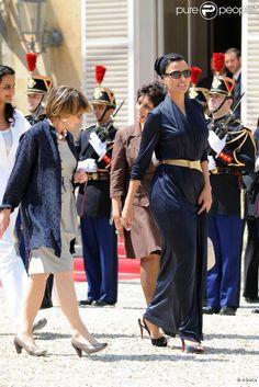 Sheikha Mozah bint Nasser in Paris. Gracefully walking on gravel. Queen Fashion, Queen Mother, Muslim Women, Walk On, Strong Women, Indian Fashion, Style Icons, Classy, Paris
