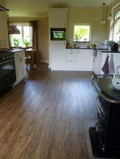 Pvc vloer met voegstrip. Door pvcvloerenbedrijf.nl Hardwood Floors, Flooring, Tile Floor, House, Ideas, Kitchens, Wood Floor Tiles, Home, Tile Flooring