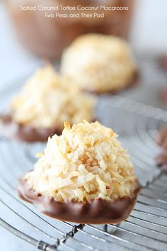 Salted Caramel Toffee Coconut Macaroons - made these.didn't add the toffee bits and used half sweet/half unsweet coconut. Candy Recipes, Sweet Recipes, Cookie Recipes, Köstliche Desserts, Dessert Recipes, Dessert Bars, Kolaci I Torte, Coconut Macaroons, Homemade Candies