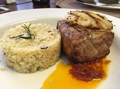 """Quem disse que saudável não pode ser gostoso...  Lombo suíno com pesto de tomate """"arroz"""" de couve-flor abacaxi grelhado  #lightfood #saudável #food #foodie #foodporn #gastronomiasaudavel #light #detox #dieta #lombo #porco #pork #couveflor #abacaxi #slimgastronomia #slimgastronomiasaudavel #goiania by alexottoni http://ift.tt/1sGHRdw"""