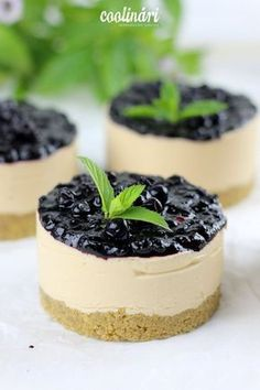 Recept na úžasné karamelové cheesecaky s čučoriedkami. Od coolinari.sk Best Cookie Recipes, Sweet Recipes, Baking Recipes, Small Desserts, Sweet Desserts, Cheesecake Recipes, Dessert Recipes, Cupcakes, Cupcake Cakes