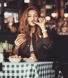 Famous for her love of cheeseburgers, Gigi Hadid is a  inspiration and absolute goddess💝