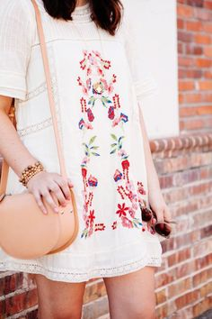 Embroidered detailing gives off a boho, vintage feel. -I like the look of boho but have to be careful with 'fit' and shape- Looks Pinterest, Summer Outfits, Cute Outfits, Casual Outfits, Estilo Hippie, Moda Boho, Boho Fashion, Womens Fashion, Runway Fashion