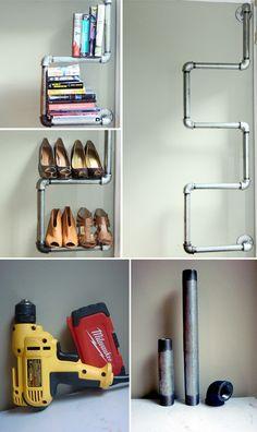 Ingeniosa estantería con tuberías