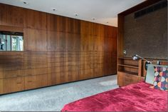 This mid-century house in the Cuyahoga Valley National Park, built in 1954 by architect E. Keith Haag, features beautiful built-in wooden cabinetry. Mid Century Decor, Mid Century House, Mid Century Style, Mid Century Design, Wooden Window Frames, Local Architects, Built In Wardrobe, Modern House Design, Modern Houses