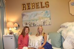 This Is The Most Gorgeous Dorm Room We've Ever Seen. Luxury Dorm Room - Ole Miss Dorm Room. Someone get these roomies an interior design internship. College Living Rooms, College Dorm Rooms, Apartment Living, College Girls, College Life, Ole Miss Dorm Rooms, Dorm Room Organization, Cool Apartments, Dorm Decorations