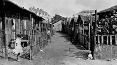 Au début du XXe siècle, Paris est entouré de terrains vagues non constructibles. Des habitations faites de bric et de broc y sont construites par les classes les plus modestes : c'est la «zone». Celle-ci accueille environ 30 000 personnes en 1930, avant la construction du boulevard périphérique. [SNEP-AFP]