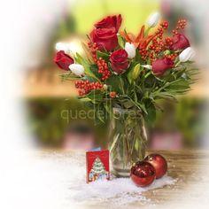 Navidades Mágicas Jarrón de 6 rosas rojas, 1 lilium, 5 tulipanes blancos, illex verticilata y verdes decorativos - rosas rojas y tulipanes blancos - www.quedeflores.com - regalar flores - para regalo - enviar flores - floristería - arreglo floral navideño - jarrón flores