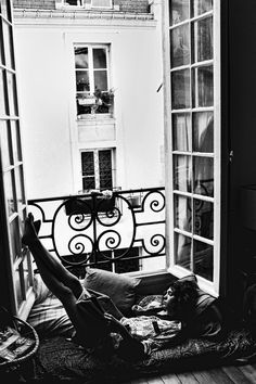 How wonderful would it be to go on a vacation alone with a good book, drink some wine and just chillax and listen to some really good music on this balcony......can you say zen