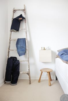 must have: ladder als kledingrek Decorating Blogs, Interior Decorating, Student Room, Living Comedor, Front Rooms, Gray Interior, Lifehacks, Home Deco, Home And Living