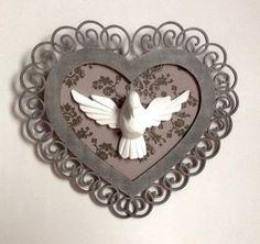Quadro decorativo em formato de coração com tecido e o Divino Espírito Santo em resina!    Para decorar sua casa com uma peça de muito bom gosto e clássica!!!