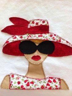 Caixa em Mdf, forrada com tecido, utilizando a técnica do patchwork embutido. Poderá ser utilizada como caixa de lingerie e também para outros fins. Ótimo para presentear. Hand Embroidery Patterns, Applique Patterns, Applique Designs, Quilt Patterns, Embroidery Designs, Sewing Patterns, Wool Applique, Applique Quilts, Embroidery Applique