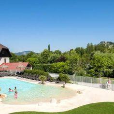 La piscine du camping vous offre une jolie vue sur les montagnes