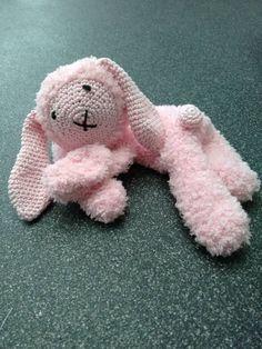 Speenknuffel konijn Kim gehaakt door Yvonne Roubroeks #haken #haakpatroon… Diy Crochet, Crochet Toys, Crochet Baby, Crochet Ideas, Baby Patterns, Crochet Patterns, Baby Annabell, Hello To Myself, Baby Born