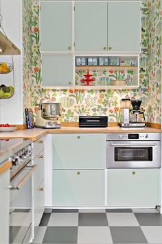 Brilliant Colorful Kitchen from 29 of the Fresh Colorful Kitchen collection is the most trending home decor this season. This Colorful Kitchen look related to kitchen, kitchencabinets, kök and…More Retro Home Decor, Home Decor Trends, Retro Kitchen Decor, Modern Retro Kitchen, 60s Kitchen, Mint Kitchen, Kitchen Interior, Home Interior Design, Cocinas Kitchen