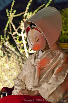 ~~ In Kyoto - Japan ~~  Une jeune mariée, portant un masque de renard.  A bride wearing a fox mask.