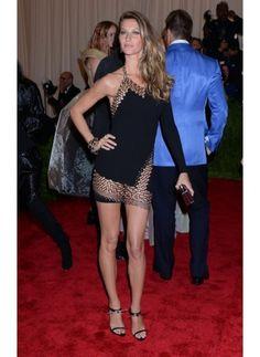 Gisele Bundchen    Look de star Glamour    Gisele Bundchen sexy en mini robe noire asymétrique lors du Met Ball Gala.