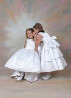Prachtig, met 3 lagen rokken aan de achterkant Corrie's bruidskindermode. Bruidsmeisjes, bruidskinderen, trouwen, huwelijk, bruiloft.  bruidskindermode.nl