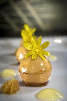 Billes de foie gras, crémeux de citron confit et coulis poire Williams #gastronomielozère #restaurantgastronomiquelozère #tourismelozère