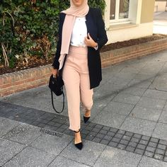 It would be cute and casual without the jacket Hijab Casual, Hijab Chic, Hijab Outfit, Modesty Fashion, Muslim Fashion, Modest Outfits, Stylish Outfits, Modele Hijab, Hijab Trends