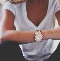 Georgous watch; nice and chunky. Looks great with simplicity of the tee shirt.