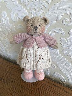 Dites bonjour à ce magnifique ours ! Elle est tricotée à l'aide de laine d'alpaga beau bébé à la main. Sa jolie petite robe est faite de 100 % coton et est amovible. Son gilet est fait de 100 % laine mérinos. Elle est faite en utilisant tous les nouveaux matériaux et est bourrée de